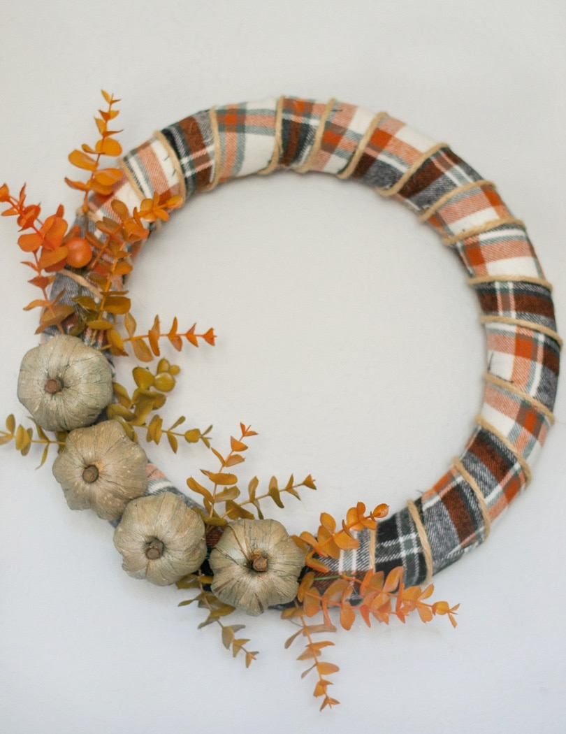 How the completed fall farmhouse wreath should look.